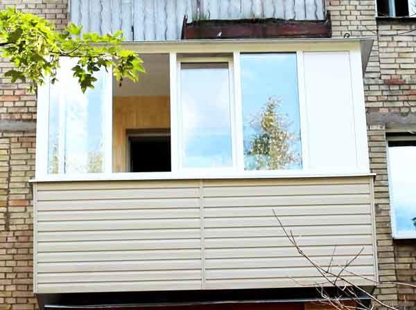 Остекление и внешняя отделка балконов в домах старой постройки