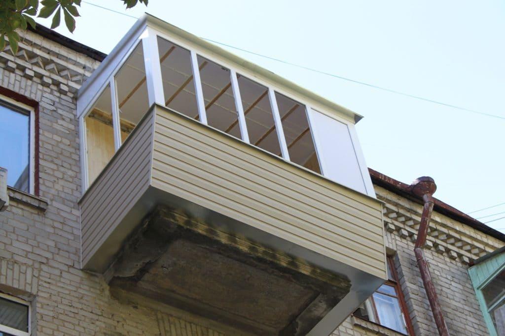 Вынос балкона по полу и подоконнику с остеклением