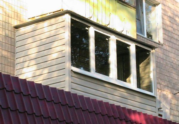 Наружная обшивка балкона виниловым сайдингом