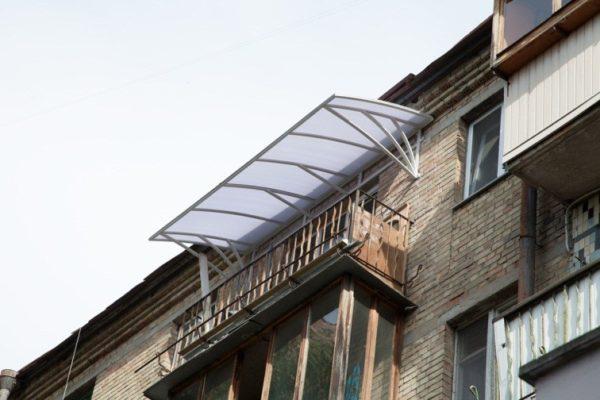 Обтекаемая форма исключает риск скопления осадков, подходит для маленьких и больших балконов. Если выполнить козырек над балконом из поликарбоната, он будет хорошо пропускать солнечный свет.