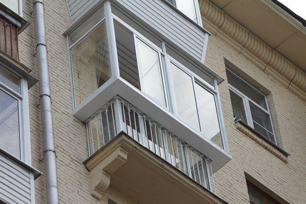 Остекление балкона ПВХ-окнами с выносом