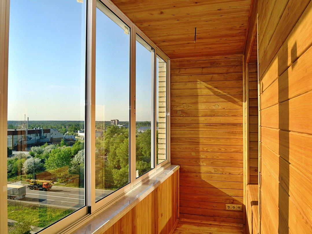 Холодное остекление балкона с отделкой деревянной вагонкой